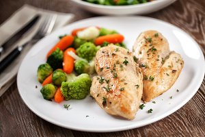 Grilled chicken breast with mixed ve