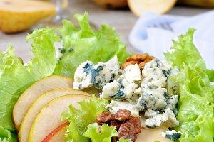 Gorgonzola salad with pear