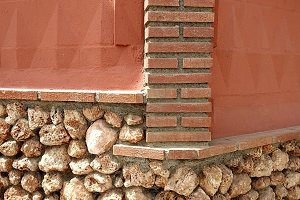 Corner in facade with stones