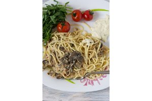 Garnish of spaghetti and mushrooms.