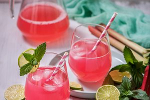 Rhubarb lemonade drink with lime