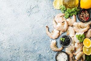 Raw shrimps with lemon