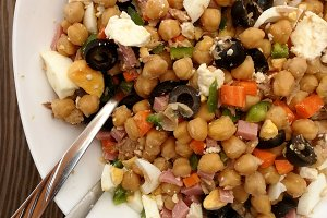 Chickpea salad with vegetables