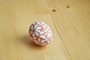 Egg painted with white floral pattern for Easter holiday