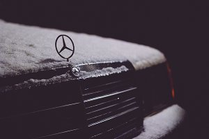 Mercedes 190 in snow