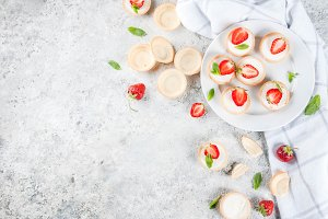 Mini cheesecakes with strawberry
