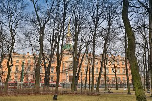 SAINT PETERBURG/RUSSIA-09 DESEMBER 2018: park in late autumn, early morning