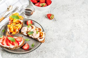 Rye toasts with fruit and berries