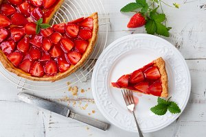 Strawberry tart and portion
