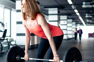The girl makes the dead lift