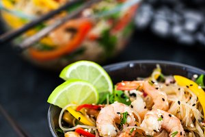 Noodles with prawns and vegetables