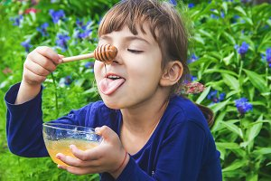 The child eats honey.