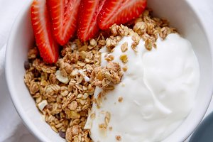Granola with yoghurt and strawberries