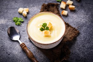 Cream soup with cauliflower and crouton