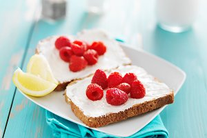 toast with cream cheese raspberry