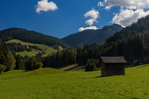 Green pastures and wooden huts in Do