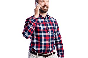 Hipster man with smartphone in checked shirt, studio shot, isola