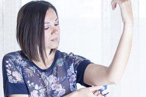 woman applying the sensor