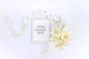 Frame MockUp, floral flatlay