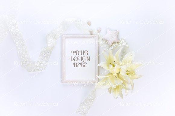 Frame MockUp Floral Flatlay