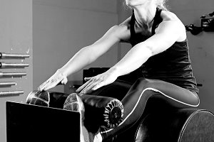 woman at the abdominal crunch machin