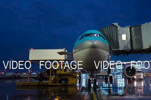 Timelapse of deboarding and servicing arrived plane at night