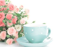 Coffee cup with gift red roses