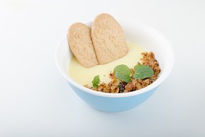 Vanilla pudding with homemade granola