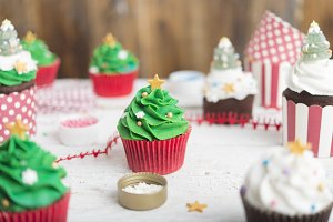 Making cupcake christmas tree
