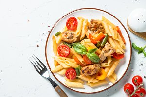 Pasta penne with chiken and vegetables.