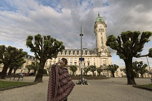 Girl in front of the Limoges station