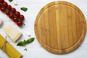 Round wooden board with spaghetti