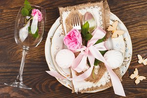 Tableware with roses and meringues
