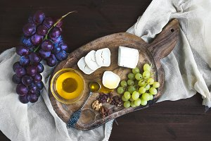 Goat brie cheese with grapes & honey
