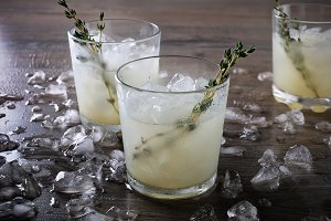 Cocktail-Jin, lime juice and thyme
