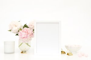 Styled mockup - frame- pink flowers