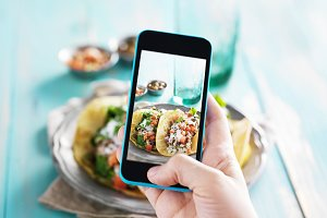 taking food selfie with smart phone