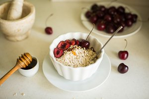 oatmeal with honey and berries