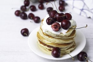 pancakes with yogurt and cherry, bre