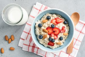 Oatmeal porridge with fresh berries