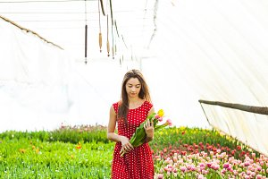 The woman buys the tulips