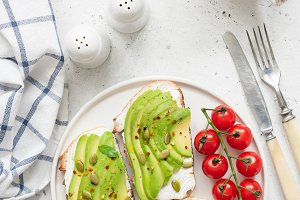 Toast with avocado, egg, tomatoes an