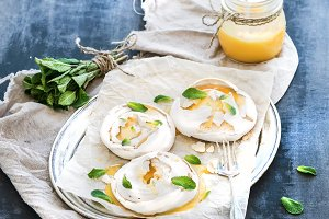 Merengues with lemon curd & mint