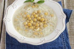 sopa de garbanzos con fideos