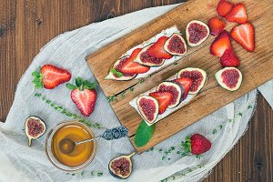 Sandwiches with fresh strawberries