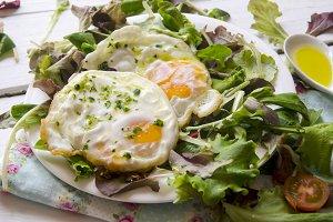 huevos con ensalada