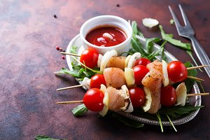 Skewer with chicken meat, tomato and bell pepper