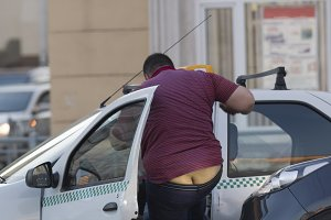 Fight on the road fat man taxi driver beat the other driver and lost his pants