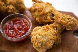 Fried chicken drumsticks with sauce