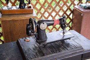 The old manual sewing machine